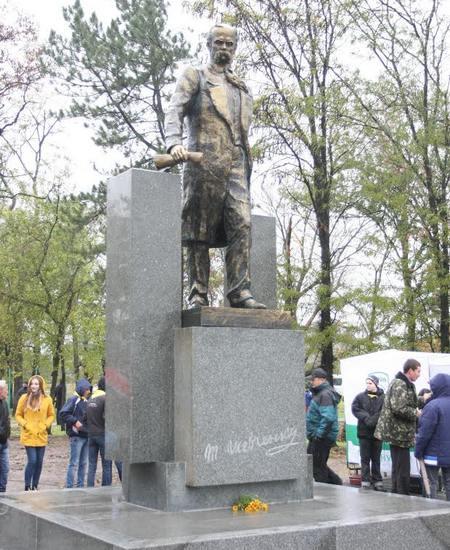 В поселке Шевченко открыли памятник и сквер в честь украинского кобзаря
